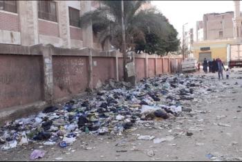 أهالي بلبيس يشكون إلقاء القمامة بجوار سور مدرسة الثانوية بنات