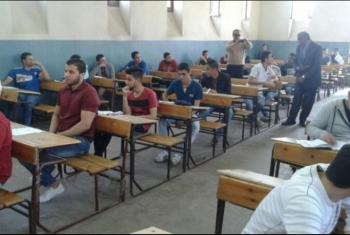 مراقبون يسمحون للطلاب بالغش في امتحان الجبر والفراغية بالزقازيق