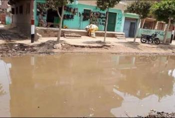أهالي قرية السعديين يستغيثون من طفح مياه الصرف بالشوارع