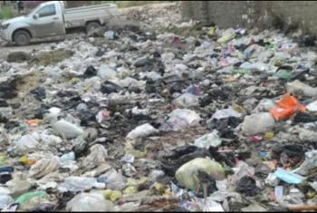 أهالي كفر أبوحاكم بالزقازيق يشكون انتشار القمامة وطفح المجاري