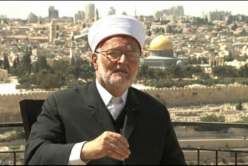 خطيب الأقصى يدخل المسجد على أكتاف المقدسيين ويكسر قرار إبعاده