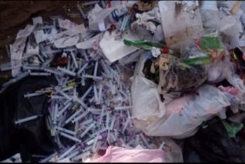كارثة.. نفايات طبية أمام مدرسة وحضانة في بلبيس (صور)