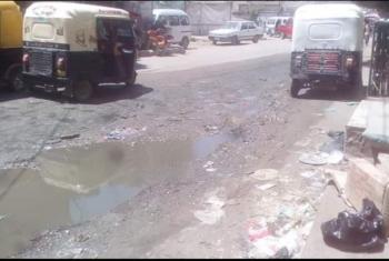 مياه الصرف الصحي تغرق شوارع بلبيس وسط تقاعس المسئولين