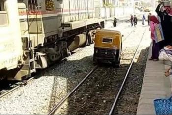 توكتوك يقتحم محطة قطار فاقوس