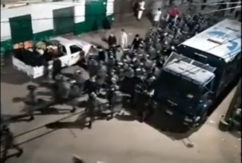 شاهد.. الأمن يفرق أهالي قرية بولس فى كفر الدوار لرفضهم دفن ضحية كورونا