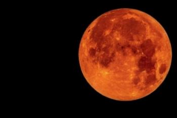 العالم يشهد أطول خسوف كلي للقمر في هذا القرن