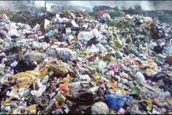 أهالي كفر صقر يستغيثون من أكوام القمامة بالشوارع
