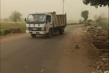 عمال يغلقون الطريق الرئيسي في مشتول السوق بأكوام القمامة.. والسكان يحذرون (فيديو)