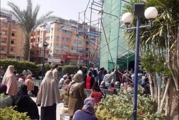 بالصور.. تكدس وتزاحم بفرع البنك الأهلي بمدينة العاشر من رمضان