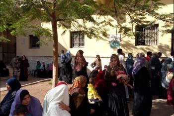غضب بين رواد مستشفى بلبيس المركزي بسبب سوء معاملة الموظفين لهم (صور)