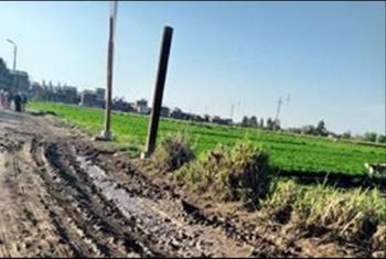 سقوط عامود إنارة بفعل الطقس السيئ.. والأهالي يحذرون من كارثة (صور)
