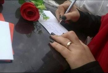 بالورود والرسائل.. أهالي معتقلي الحسينية يحتفلون مع ذويهم بعيد الفطر