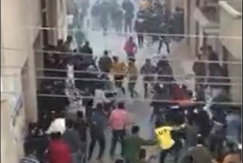 بالصور.. مشاجرة بين مئات الطلاب خارج مدرسة بأبوكبير