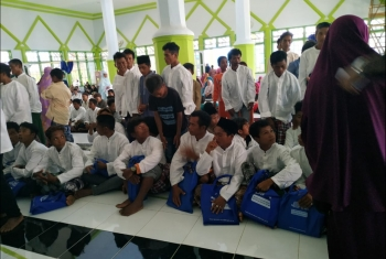 أفراد قبيلة يعتنقون إسلامهم بشكل جماعي في إندونيسيا