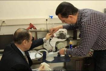 رغم شح المواد وقلة الإمكانيات.. مهندسان بغزة يصنعان جهاز تنفس لعلاج كورونا