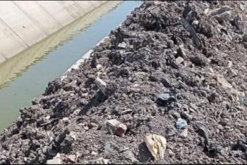 أهالي عزبة بأولاد صقر يطالبون بإنقاذ أراضيهم من البوار بسبب مخلفات ترعة