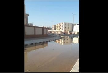 بالصور.. طفح مياه الصرف يثير غضب أهالي الحي الـ 12 بالعاشر من رمضان