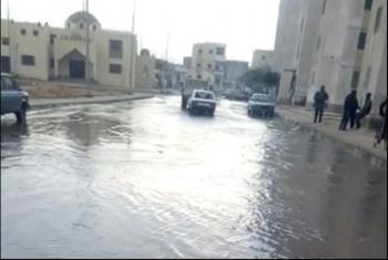 بالصور.. كسر كبير بماسورة مياه شرب في العاشر يشلّ حركة المرور