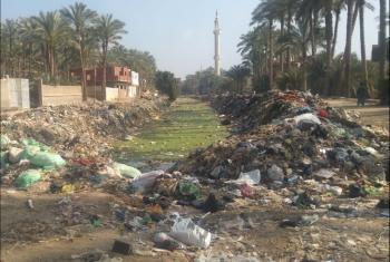القرين.. مطالب بالتخلص من القمامة على حافة مصرف منطقة جرن أبوعون (صور)