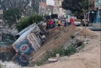 إصابة سائق وعامل في انقلاب سيارة بمركز الحسينية