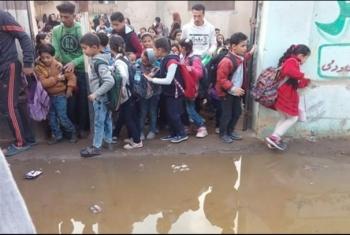 بالصور.. مياة الصرف تحاصر مدرسة في