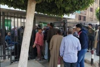 غضب بسبب الزحام أمام البنك الأهلي في منيا القمح