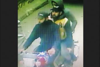 الكاميرات ترصد سرقة دراجة نارية في شارع فاروق بالزقازيق