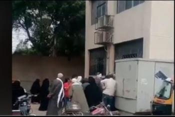 فيديو.. أهالي أبوكبير يطالبون بتوفير الراحة لكبار السن عند