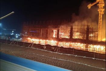 بالصور.. حريق هائل بأحد مشروعات ناطحات السحاب بالعاصمة الإدارية الجديدة