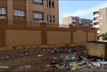غضب بسبب انتشار القمامة خلف مدرسة للغات في العاشر (صور)