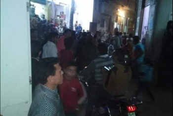 شكوى من تكدس المواطنين أمام أحد مكاتب الإنترنت بمنيا القمح (صور)