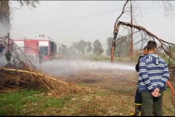 شاهد.. الحرائق تهدد سكان قرية