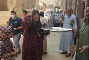 احتفالا بعودة صلاة الجمعة.. سيدة مسنة توزع الأرز بالحليب في القرين