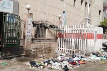 القمامة تحاصر مستشفى أبوحماد وسط مناشدات الأهالي التدخل السريع