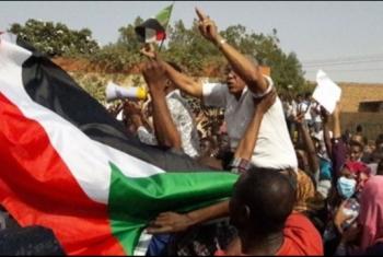 آلاف السودانيين ينضمون لاعتصام القيادة تنديدا بقرار