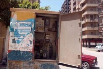 أسلاك في كابينة كهرباء تنذر بكارثة في مدينة العاشر من رمضان