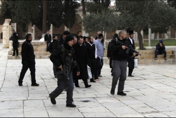 تحت رعاية شرطة الاحتلال.. مستوطنون يقتحمون باحات المسجد الأقصى