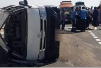 إصابة 6 أشخاص في حادث انقلاب سيارة بطريق