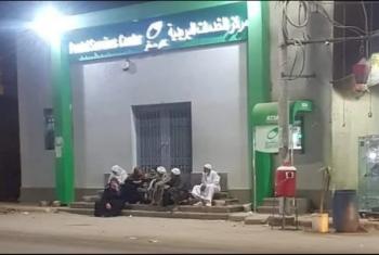 مشهد غير آدمي.. كبار السن يحجزون أدوارهم ليلًا في طابور مكتب بريد كفر صقر