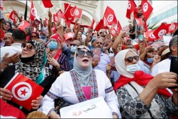 تظاهرات بتونس ضد إجراءات قيس سعيد تطالب بعزل الرئيس