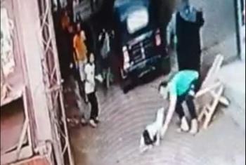 شاب ينقذ طفلا صعقه عمود إنارة متهالك بمشتول السوق