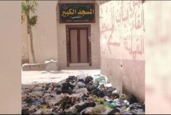 شكاوى من تراكم القمامة أمام مسجد في بلبيس