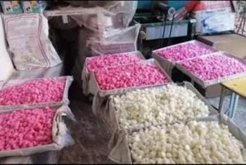 تحت بئر السلم.. أهالي مشتول السوق يستغيثون من مصنع لإنتاج الحلوى