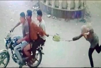إصابة فتاة بعد سحلها في محاولة لصوص سرقة حقيبة يدها بكفر صقر
