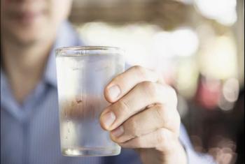 هل من الخطر شرب الماء البارد أثناء الموجة الحارة؟