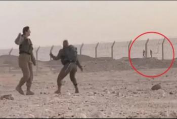 شاهد| مجندين مصريين يرقصان مع مجندتين بجيش الاحتلال على الحدود